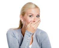 Het lachen de mond van de vrouwendekking met hand Stock Foto