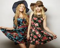 Het lachen en de omhelzing van meisjesvrienden Royalty-vrije Stock Fotografie