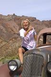 Het lachen Gepensioneerden Berijdende Oldtimer in de Woestijn Royalty-vrije Stock Fotografie