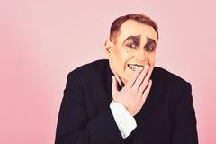 Het lachen gezicht Blijspelacteuruitvoerder het giechelen Boots kunstenaar Mime met gezichtsverf na De mens met bootst make-up na royalty-vrije stock afbeeldingen