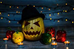 Het lachen hefboom-o-lantaarn in hoed met eng litteken op het gezicht en h stock foto's