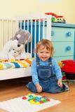 Het lachen jongen het spelen met mozaïek Royalty-vrije Stock Afbeelding