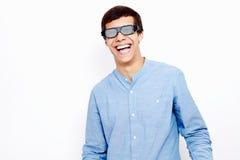 Het lachen kerel in 3D glazen Stock Fotografie