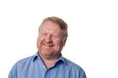 Het lachen midden oude gebaarde kerel in blauw overhemd - op wit Royalty-vrije Stock Afbeeldingen