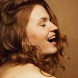 Het lachen model met gember krullend haar Royalty-vrije Stock Foto