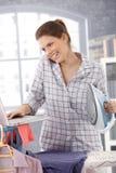 Het lachen moderne vrouwenmultitasking Stock Fotografie