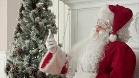 Het lachen Santa Claus de berichten van lezingskerstmis van jonge geitjes stock footage