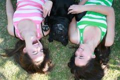 Het lachen tweelingen Stock Afbeeldingen