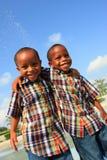 Het Lachen van broers Stock Foto