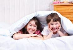 Het lachen van de broer en van de zuster Stock Foto's