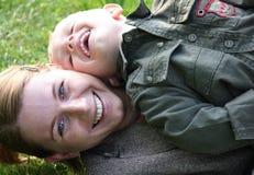 Het lachen van de moeder en van de zoon Royalty-vrije Stock Fotografie