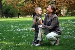 Het lachen van de moeder en van de zoon Royalty-vrije Stock Foto's