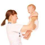 Het lachen van de pediater en van de baby. Stock Afbeelding