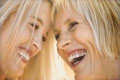 Het lachen van het mamma en van de dochter. Stock Foto's