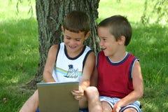 Het Lachen van jongens Stock Foto's