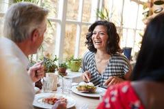 Het lachen vrouw het lachen met mannelijke vriend bij een koffie, sluit omhoog stock fotografie