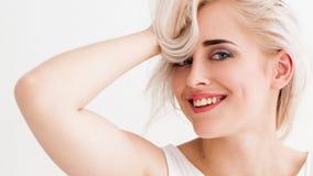 Het lachende blonde heeft pret stock foto