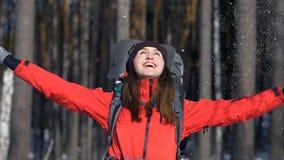 Het lachende jonge meisje werpt omhoog sneeuw stock footage