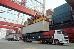 Het laden en het leegmaken containers Stock Fotografie