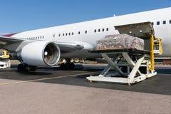 Het laden freigth in vliegtuig stock foto