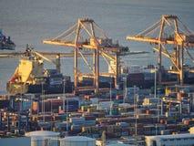 Het laden het leegmaken van een vrachtschip bij ship-to-shore kranen Royalty-vrije Stock Foto's