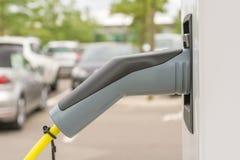 Het laden post met een het laden koppelingstype - 2 als stop voor elektrische auto's stock afbeeldingen