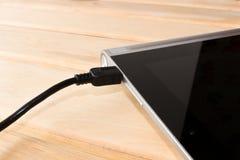 Het laden van de tablet Hoe te om de batterij te laden De het laden cabine Stock Foto
