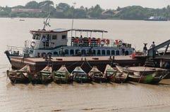 Het laden van een boot bij de Yangon Rivier, Myanmar Stock Foto