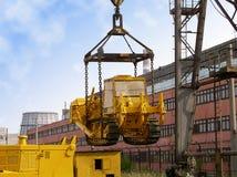 Het laden van een bulldozer stock foto's