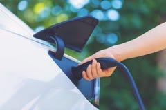 Het laden van een elektrisch voertuig stock afbeeldingen