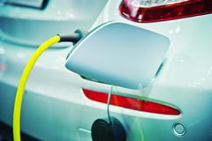 Het laden van een elektrische auto Royalty-vrije Stock Fotografie