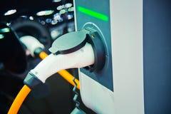 Het laden van een elektrische auto Stock Afbeelding