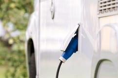 Het laden van een Elektrische Auto Stock Foto