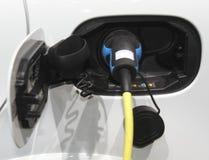 Het laden van een Elektrische Auto Royalty-vrije Stock Afbeeldingen