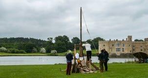 Het laden van een middeleeuwse trebouchet voor het schieten stock afbeeldingen