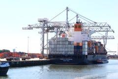 Het laden van een schip in de haven van Rotterdam, Nederland Stock Foto