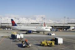 Het laden van een vliegtuig in de Luchthaven in de Winter Stock Afbeelding