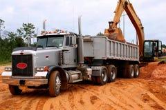 Het laden van een vrachtwagen Stock Foto's