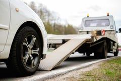 Het laden van gebroken auto op een slepenvrachtwagen Stock Foto's