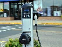 Het Laden van het elektrische voertuig Post Stock Afbeeldingen