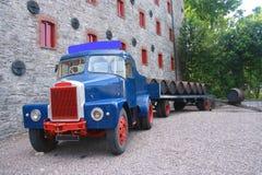Het laden van houten vaten op oude vrachtwagenaanhangwagen Royalty-vrije Stock Foto's