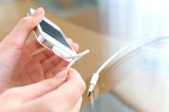 Het laden van mobiele telefoon royalty-vrije stock foto