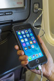 Het laden van mobiele telefoon aan boord van een vliegtuig Royalty-vrije Stock Fotografie