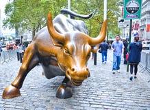 Het laden van Stierenbeeldhouwwerk op Wall Street Stock Afbeeldingen