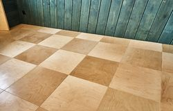 Het lakken van houten vloeren Triplexvloer royalty-vrije stock afbeeldingen
