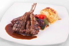 Het lamskotelettenlapje vlees met sauteed groenten en stampte aardappel fijn Royalty-vrije Stock Fotografie