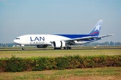 Het land van Boeing 777-200F van LanCargo Royalty-vrije Stock Afbeeldingen