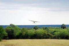 Het land van het vliegtuig in grasvliegveld Stock Foto