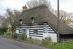 Het land van Kent met stro bedekt plattelandshuisje stock foto's