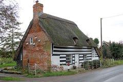 Het land van Kent met stro bedekt plattelandshuisje royalty-vrije stock afbeelding